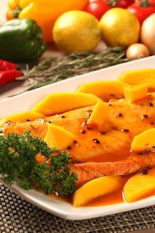 Salmone al frutto della passione nel piatto.
