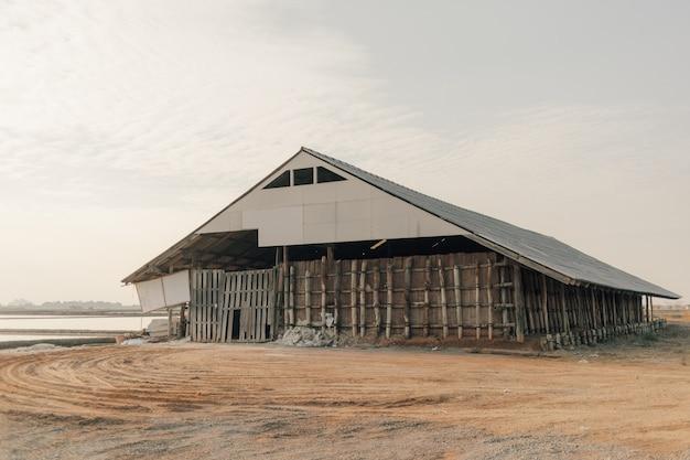 Granaio di sale per lo stoccaggio di sale marino in fattoria di mare.