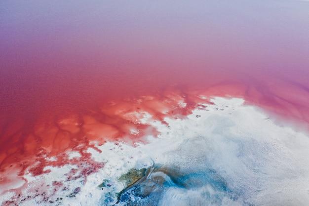 Riva ricoperta di sale del lago rosa. zona turistica.