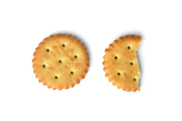 Cracker di sale isolati su sfondo bianco. vista dall'alto. Foto Premium