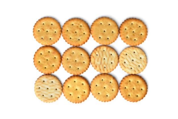 Cracker di sale isolati su sfondo bianco. vista dall'alto.