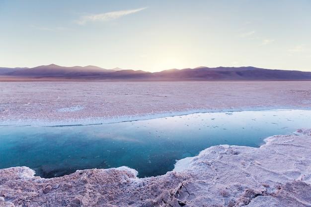 Piscina di acqua salata a salinas grandes salt flat - jujuy, argentina. paesaggi naturali insoliti.