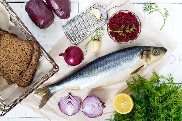 Aringhe salate con barbabietola bollita, cipolla rossa, aglio, limone, aneto e pane di segale