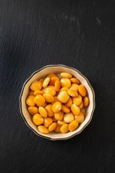 Lupini salati in una piccola ciotola marrone chiaro