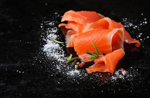 Salmone salato con rosmarino e pepe