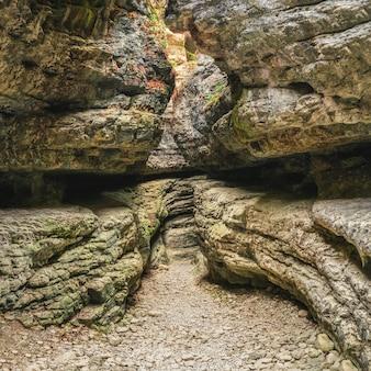 Gola di saltinskij - una riserva naturale unica. gola nella natura del paesaggio delle montagne sul daghestan. russia. panorama quadrato.