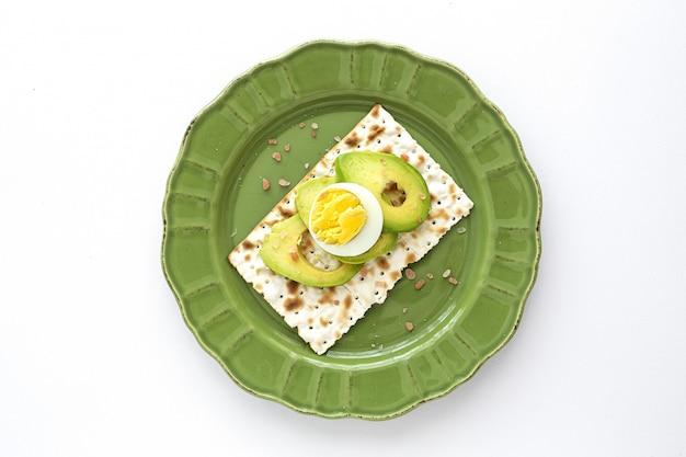 Cracker salati con avocado con uovo dall'alto
