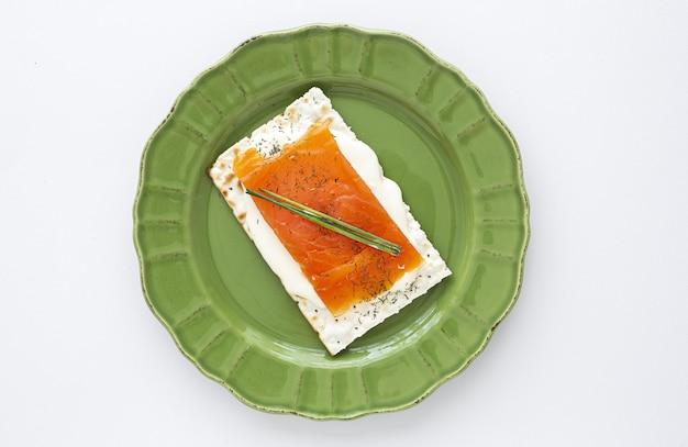 Cracker salati con salmone e formaggio dall'alto