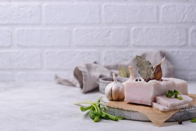 Lardo di maiale salato con aglio e spezie