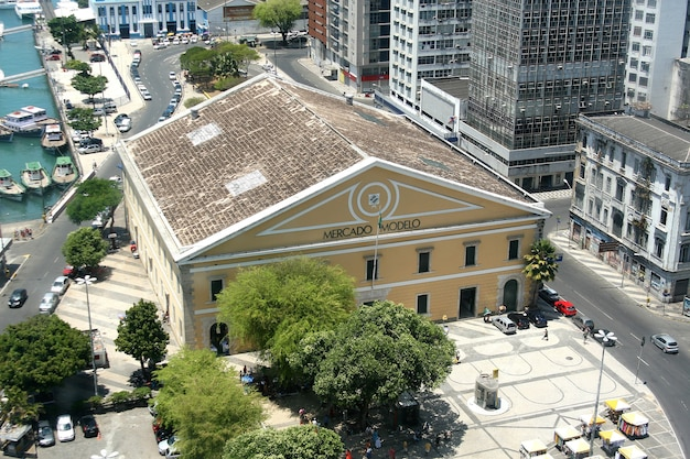 Salvador, brasile - gennaio 2017: mercado modelo uno dei monumenti più famosi di salvador, vista dall'ascensore lacerda.