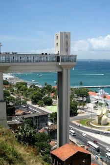 Salvador, brasile - gennaio 2017: panoramica di salvador con ascensore elevador lacerda.