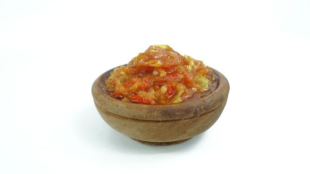 Sambal bawang merah in una ciotola di argilla