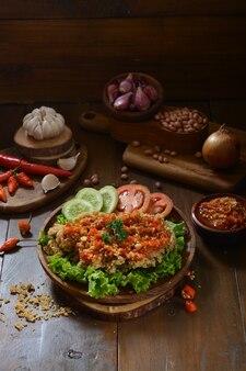 Sambal bawang merah su un tavolo di legno