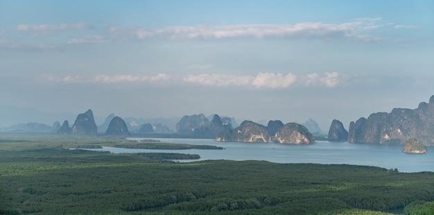 Samed nang chee. vista della baia di phang nga, foresta di alberi di mangrovie e colline sul mare delle andamane, thailandia.