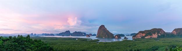 Paesaggio di montagna di samet nangshe viewpoint phang nga bay phuket thailandia al tramonto