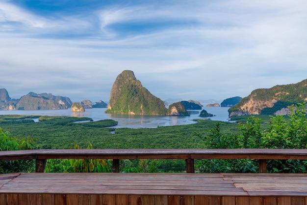Samet nangshe viewpoint paesaggio di montagna phang nga bay phuket thailandia con panca in legno