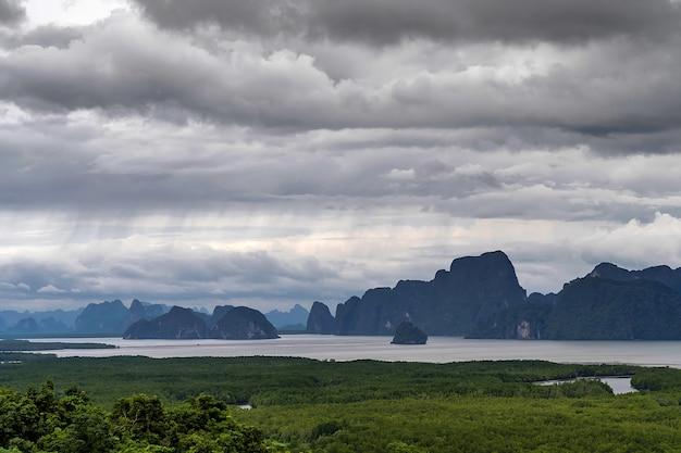 Punto di vista delle isole di montagna di sametnangshe con il cielo della nuvola di pioggia pesante in phang nga, thailand