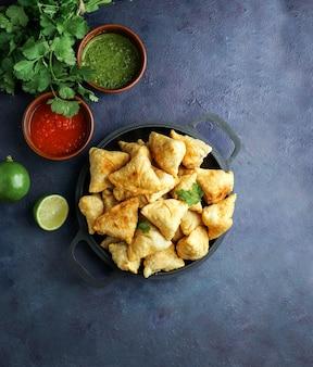 Samosa fritto / pasticceria al forno con ripieno salato, snack indiani popolari