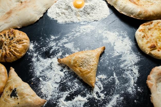 Pasto di pasta sfoglia nazionale uzbeko samosa con ripieno di carne o formaggio