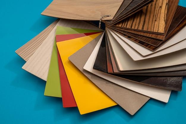 Catalogo di esempio di pavimenti in vinile o mobili per il design isolato su sfondo blu