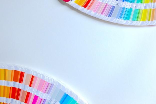 Catalogo colori campione su sfondo bianco