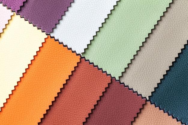 Campione di colori tessili in pelle marrone e rosso, sfondo. catalogo e tonalità campione di tessuti per interni per mobili, primo piano.