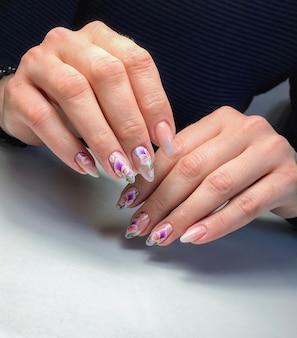 Campione di nail design su mani femminili.