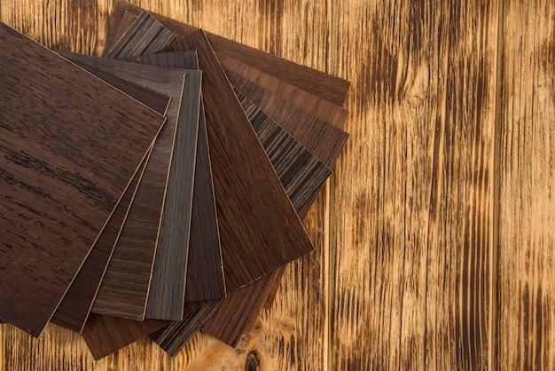 Campione di truciolare laminato in legno per la progettazione di mobili