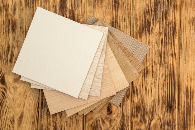 Campione di truciolare lamellare di legno per la progettazione di mobili