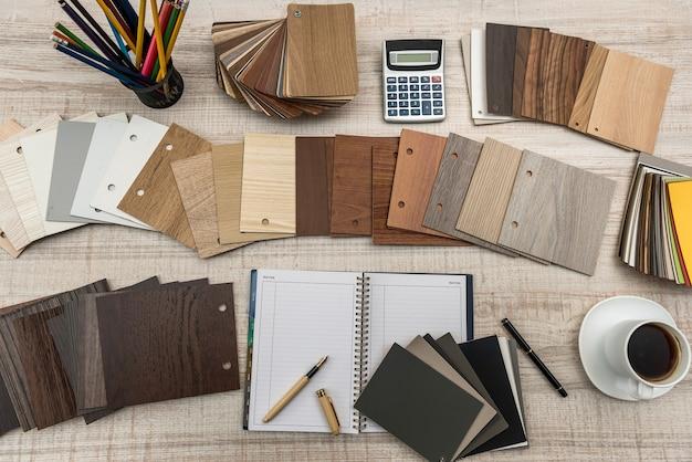 Campione di truciolare laminato in legno con blocco note vuoto per mobili di design. architettura e costruzione ..