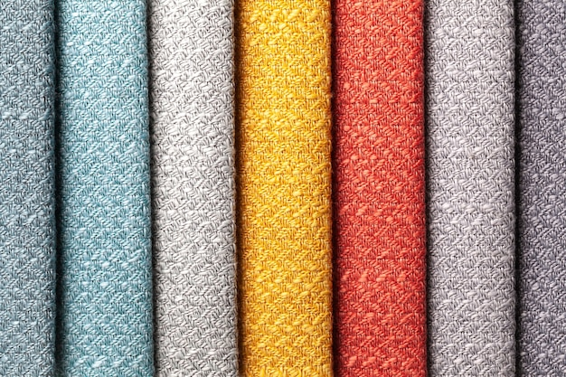 Campione di colori tessili tessuti rossi e grigi, sfondo. catalogo e tonalità campione di tessuti per interni per mobili, primo piano.