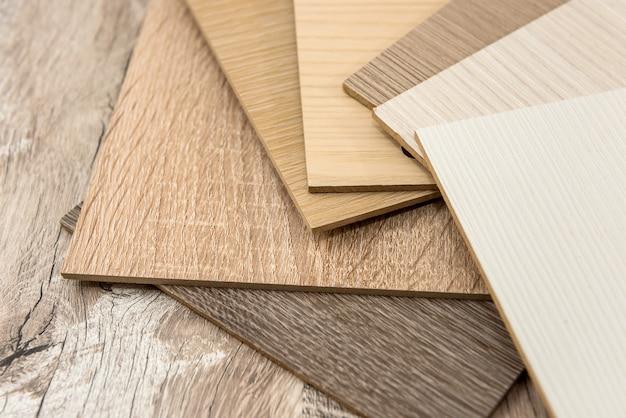 Materiale per mobili campionatore per interni di design o decorazione. catalogo dei colori del legno come trama o motivo. plancia per l'industria
