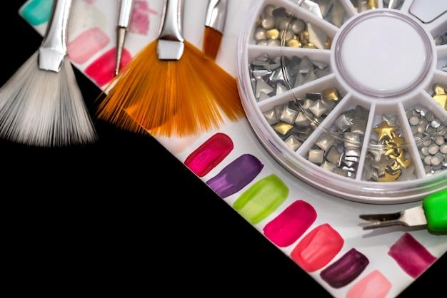 Campioni di unghie finte colorate, cristalli