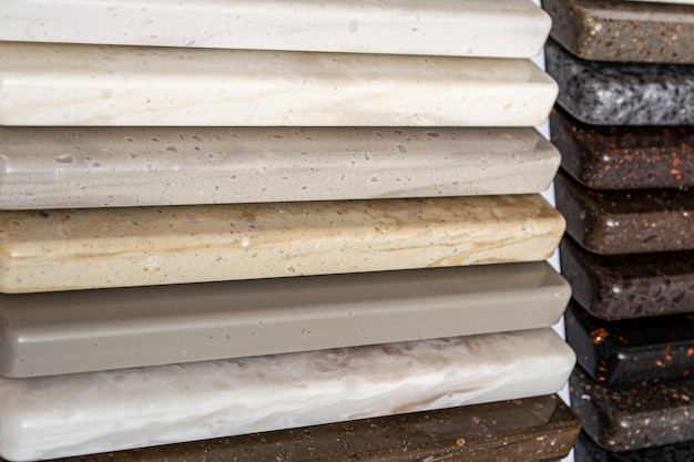 Campioni di granito naturale, marmo e pietra di quarzo, controsoffitti. modello da pietre, primo piano. lastre colorate moderne in pietra naturale.