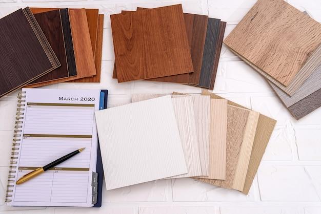 Campioni di assi di legno con diario e penna