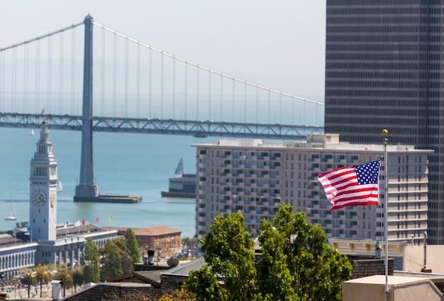 Torre della torre e dell'orologio della baia della bandiera americana di san francisco usa