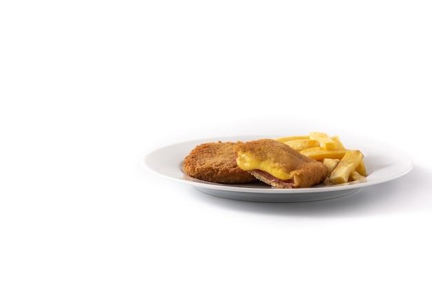 Bistecca di san jacobo ripiena di formaggio e prosciutto isolato su bianco