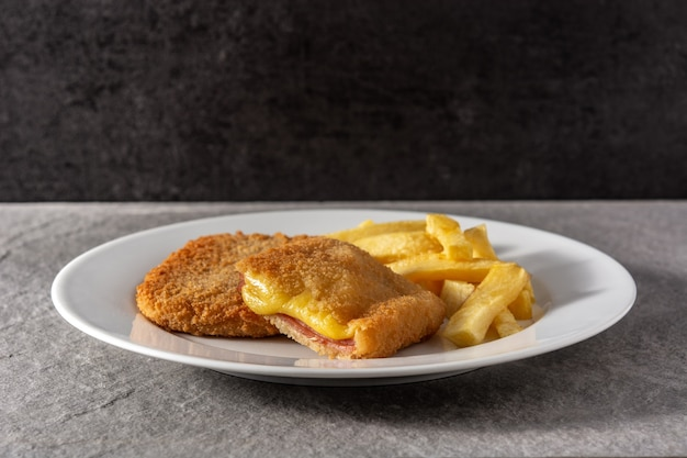 Bistecca san jacobo ripiena di formaggio e prosciutto