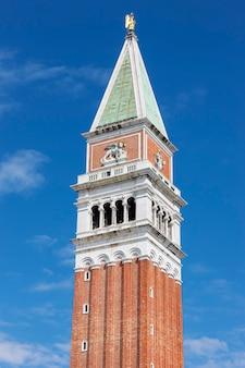 Campanile di san marco in piazza san marco a venezia al mattino