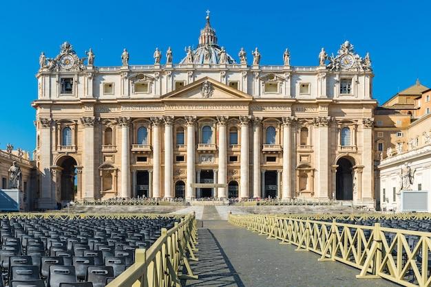 San pietro basilica città del vaticano, roma italia. architettura e punto di riferimento di roma. cattedrale di san pietro a roma