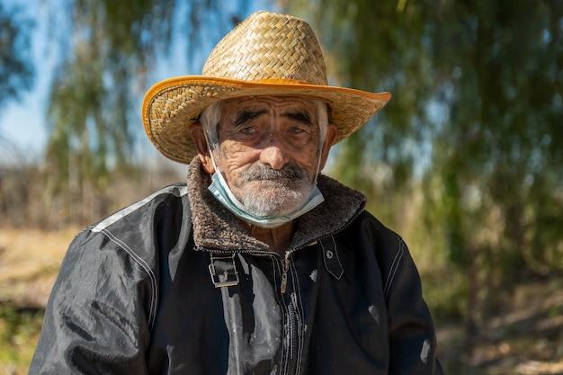 San rafael, argentina, 28 luglio 2021: primo piano del nonno latinoamericano con cappello.