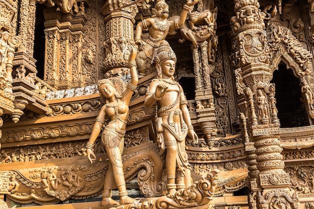 Santuario della verità a pattaya, thailandia