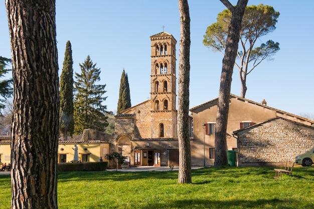 Santuario di vescovio (lazio, italia). chiesa e campanile in sabina.