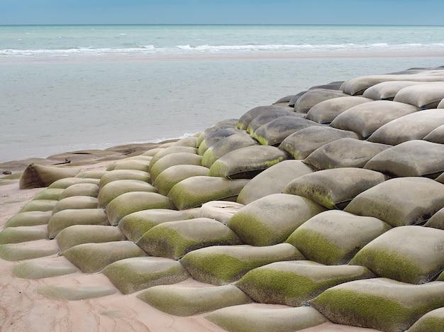 Sacchi di sabbia o sandbagger installati per proteggere il crollo della spiaggia.
