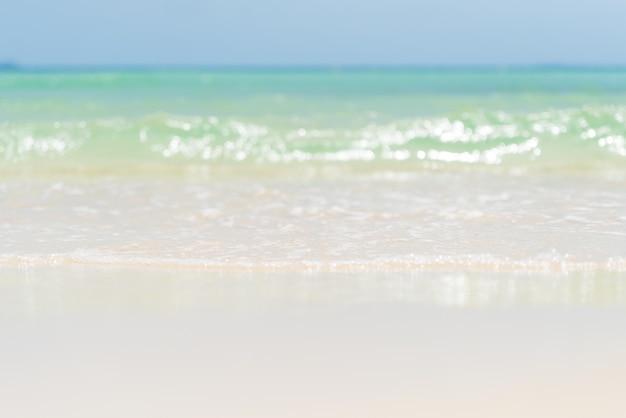 Spiaggia di sabbia, cielo blu e sfondo onda morbida per summerconcept