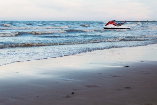 Spiaggia di sabbia e barca sul mare.