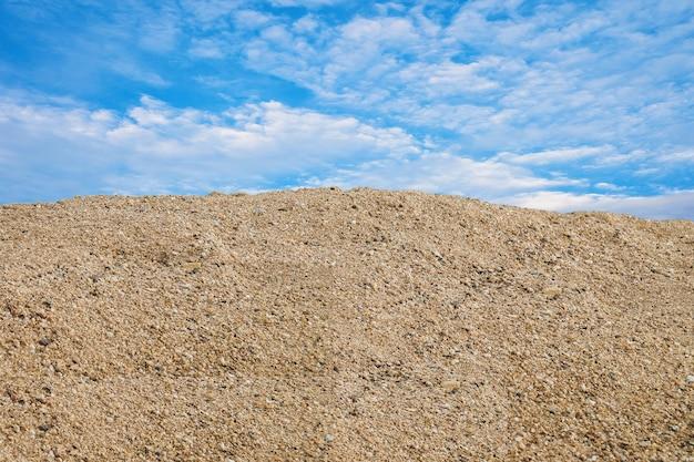 Sabbia sulla spiaggia in vacanza in estate con cielo blu.