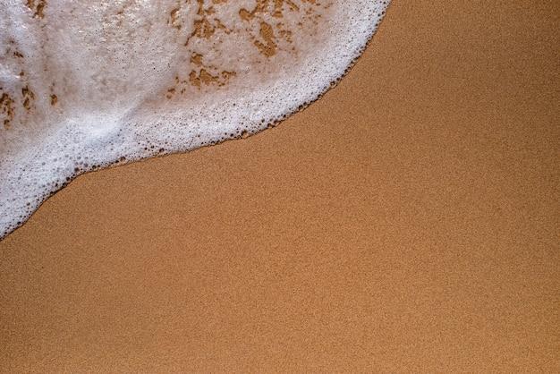 Sabbia sulla spiaggia con l'onda del mare