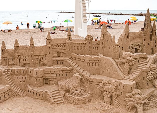 Castello di sabbia sulla spiaggia estiva. el campello, spagna.