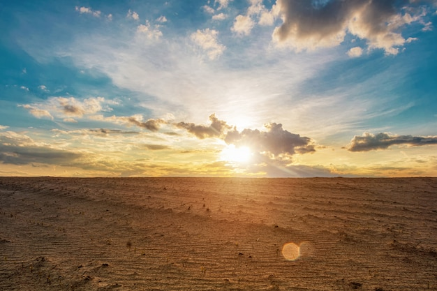 Dune di sabbia contro un bel cielo al tramonto
